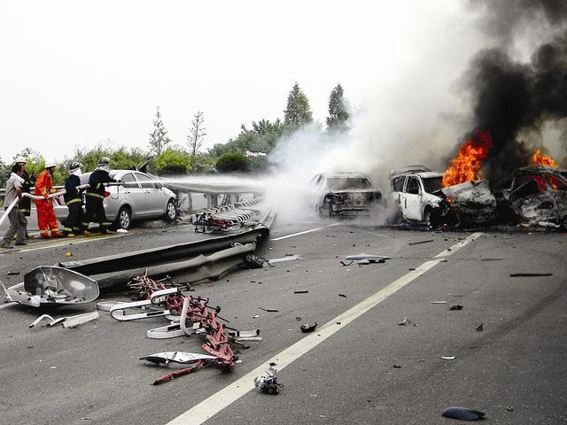 高速爆胎有多危险 100多人伤亡事故告诉你