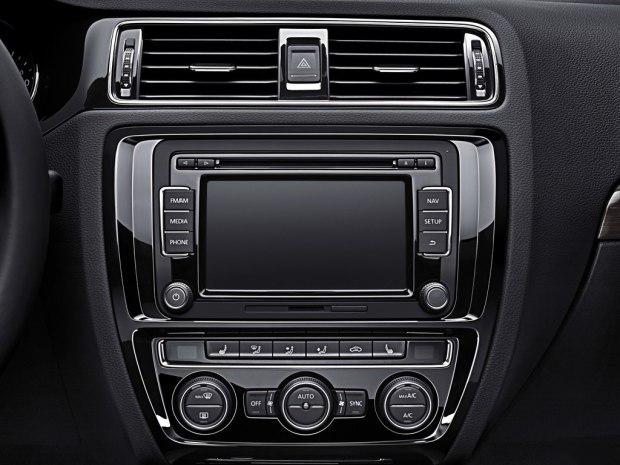 新车装有无钥匙进入系统,一键启动系统,定速巡航,触摸屏与导航,蓝牙