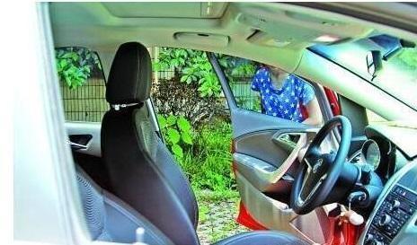 夏天暴晒后车内温度高 只需要按一下这个按钮就解决!