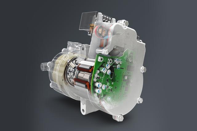 博泽的电动空调压缩机只在需要时工作, 更经济节约。 为推进汽车的电气化进程,博泽对旗下的驱动系统产品系列进行了重新调整,并将在法兰克福展示其生产的电机与电子控制模块:由于采用了标准化的组件,博泽的产品可以灵活地应用于12到810伏的电气系统架构。由于博泽的产品不受汽车本身的驱动装置设计的限制,汽车制造商可由此缩短研发时间。除此之外,博泽产品本身结实耐用,具有高度的灵活性和可扩展性,并可借助全球生产带来规模经济效应进一步为制造商带来更多经济性。 博泽的新产品项目是48辅助驱动装置,它可在必要时为主驱动系统