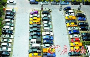 小区物管奇怪规定:露天停车位只能临保?图片