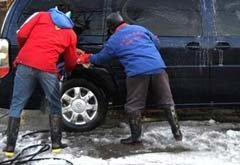 路边洗车店洗车仅10元 但不仅白洗还伤车