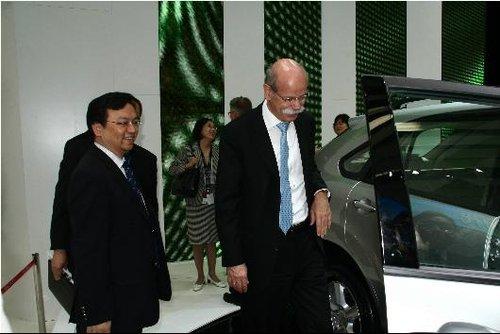 戴姆勒CEO蔡澈现身北京车展比亚迪展台