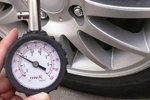 及时检查并调整汽车胎压