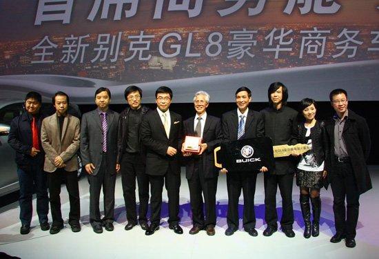 上海通用总经理丁磊将第一辆新GL8赠与世博中国馆设计团队