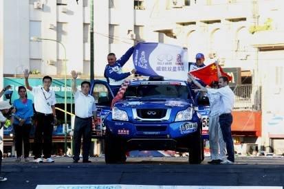 中国驻阿根廷大使馆临时代办蔡维泉和威麟汽车销售有限公司总经理刘宏伟为威麟双星车手发车壮行
