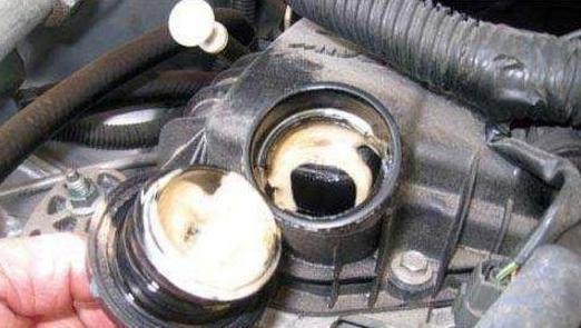 打开机油盖 没有这些现象 您的爱车可能比较健康