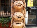 """798门囗摆放的陶塑""""欢乐喜陶"""""""