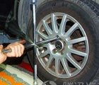 安装师傅正在拆卸原车轮胎