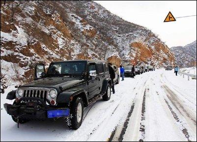 吉普车友雪中穿越