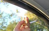 开车为什么只开一侧车窗?