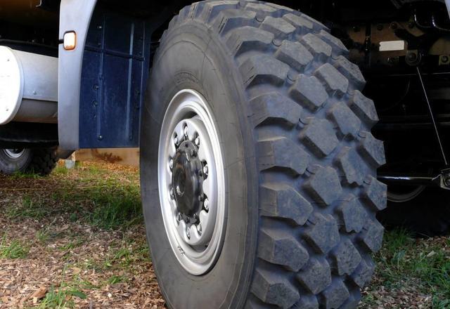轮胎缝里有小石子 一定要抠掉吗?