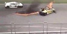 兰博基尼赛车失控撞护栏起火