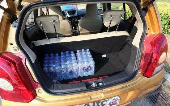 常年开车的朋友都说车上要备两桶水 这是为什么