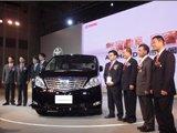 丰田领导与新车合影