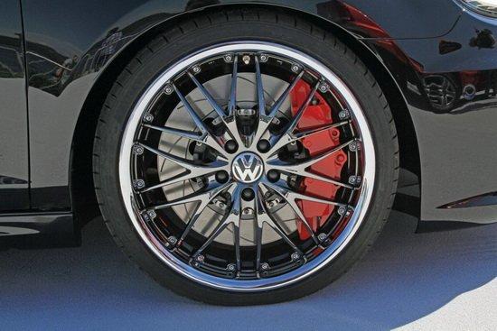 """近日,于奥地利沃尔特湖(wothersee)举办的大众""""2012 GTI 车迷大会""""活动中,大众官方对外发布了一款BlackDynamic特别版高尔夫GTI,这款特别版车型在动力方面做了进一步升级(最大输出功率达到360马力),同时在外观和配置上也有进行了提升"""