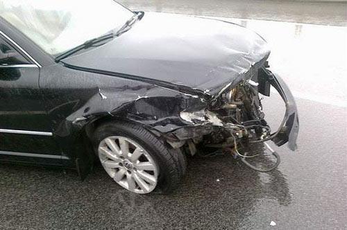 挡风玻璃被砸 司机多说一句话保险公司拒赔