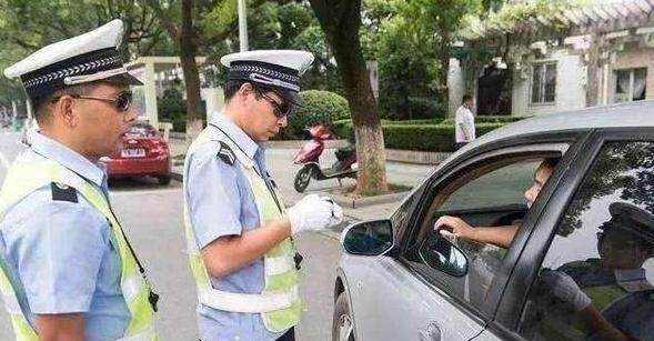 开车忘带驾驶证被拦 明白这几个方法 交警一准给放行
