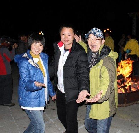 团友参加篝火晚会