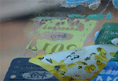 车玻璃上贴纸很难清除 其实一元钱就能搞定