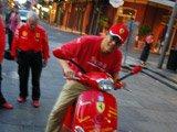 在新奥尔良的街道开法拉利的摩托车