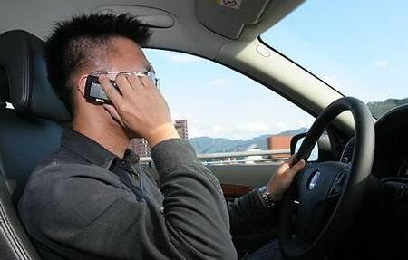 别不信!开车时接打电话危险比酒驾高五倍
