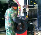 师傅给新轮胎做动平衡