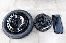 1、取出备胎(通常在行李厢下面)、随车工具(轮胎扳手和千斤顶等)