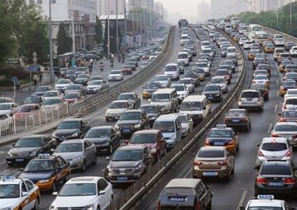 客运流量高度集中 自驾出行持续增多 交通安全面临考验