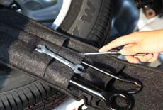 随车工具包里也有可以自救的工具