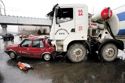 绿灯变黄灯 出租车急刹被水泥罐车撞瘪