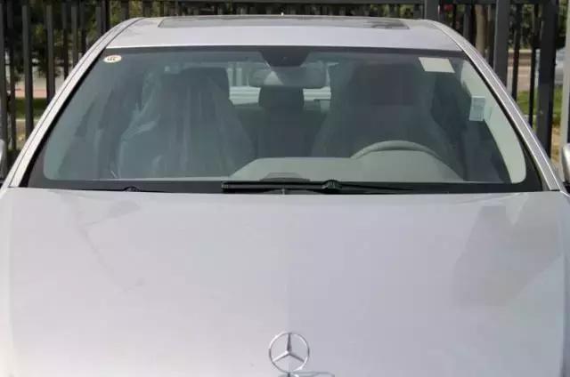 为什么汽车玻璃会有点绿?只是为了好看吗