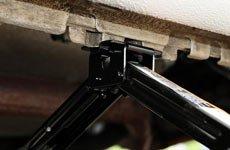 3、将千斤顶置于车身下的钢梁处,并将千斤顶起重爪对准车身下方支撑点
