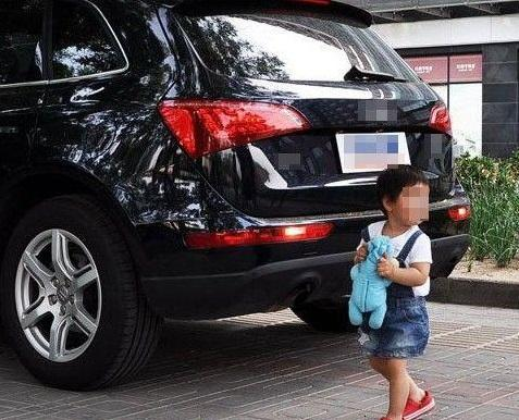 盲区再惹祸 父亲驾车撞倒9岁女儿致其死亡