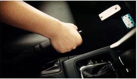 手刹拉到70% 作用竟这么大 停不住车可以试试