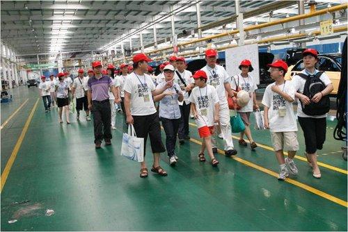 新能源汽车之旅 深圳市民走进比亚迪高清图片