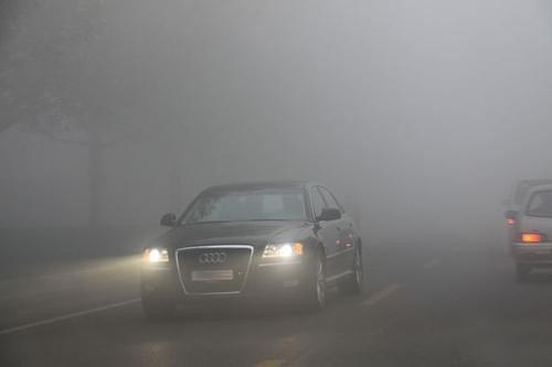 雾天注意正确使用车灯 氙灯穿透力不如雾灯