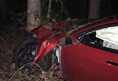 特斯拉车主车祸幸存 剧烈撞击后身体无恙