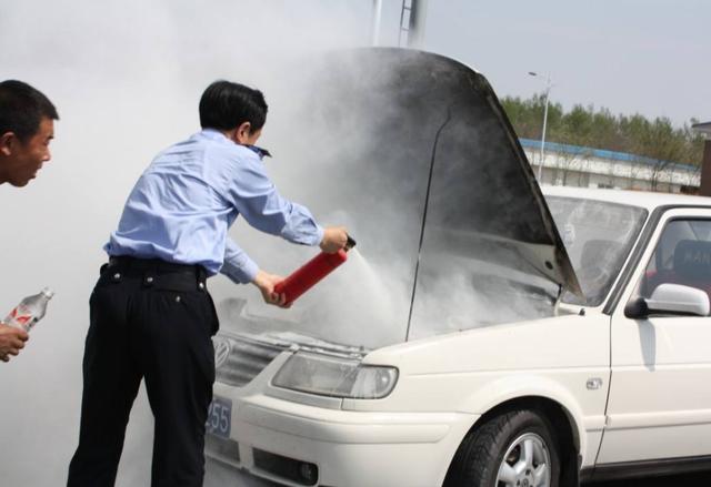遇到车辆自燃怎么办?听听老司机的说法