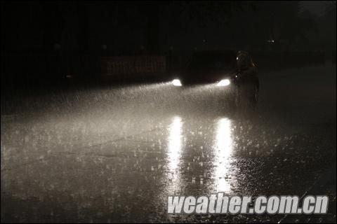 北京突降大雨白昼如夜 道路交通受严重影响