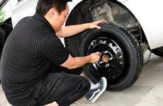 6、将备胎对准车轴和螺孔,将轮胎螺栓初步拧紧