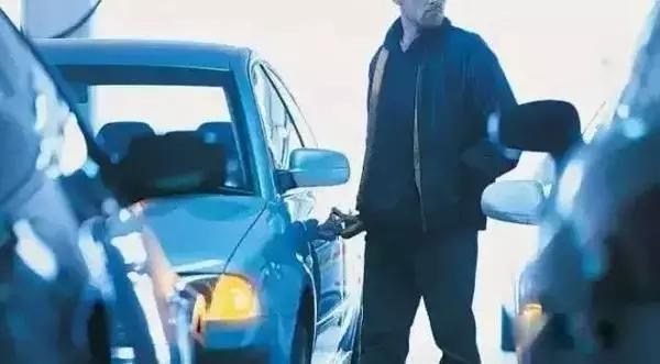 如果看到这个细节 说明你的车可能被小偷盯上了