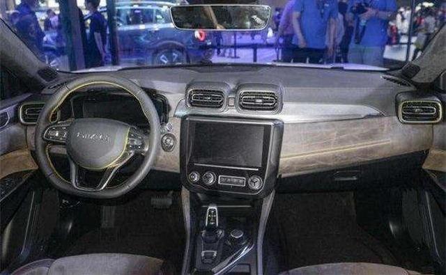 领克03的内饰设计依旧是领克的家族化设计风格,中控台采用不对称式设计,整体偏向驾驶员一侧。中控10.2寸的显示大屏功能丰富,中控台只保留了少量的物理按钮,提升了科技感和简约度。全液晶显示的仪表盘也是当下的潮流设计,中控类似于宝马idrive系统的操作按钮和换挡杆造型符合大众审美。 领克03在动力上,搭载了1.
