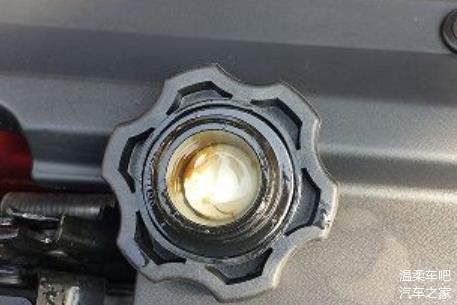 机油盖上有一层牛奶液体 老司机说赶紧叫拖车
