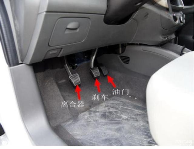 开车遇到减速的时候 是先踩刹车还是离合