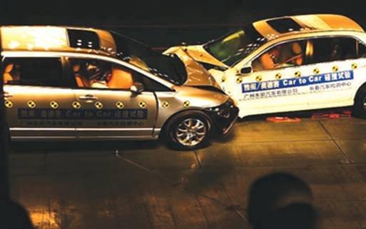 谁为汽车安全买单 汽车碰撞试验呈现答案高清图片