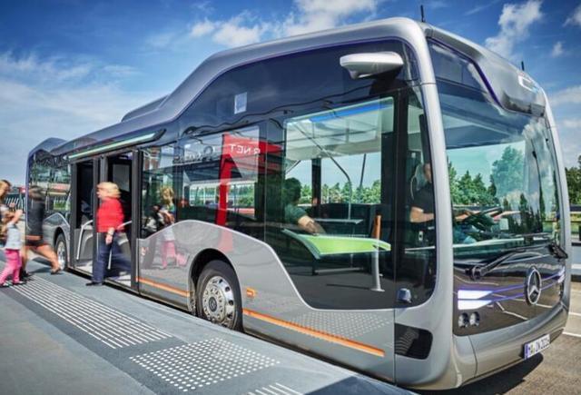 奔驰自动驾驶巴士完成路测 能躲行人、识别红绿灯