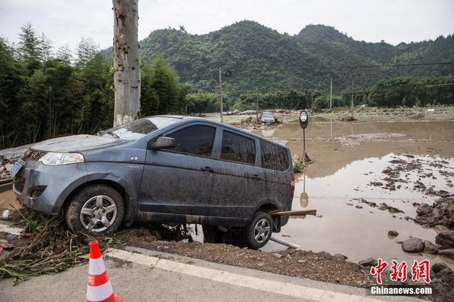 《每日猜车》第749期:浙江洪灾汽车掉河