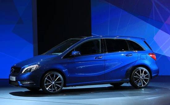 """8月30日, 梅赛德斯-奔驰(中国)汽车销售有限公司宣布,全新梅赛德斯-奔驰B级豪华运动旅行车正式在中国上市,提供B180和B200两款车型,售价分别为:27.8万元和32.8万元。以""""爱·更多""""为主题的全新B级豪华运动旅行车全国上市庆典用四地卫星直播的方式,实现成都主会场与北京、上海、深圳分会场的实时互动共襄盛举。"""