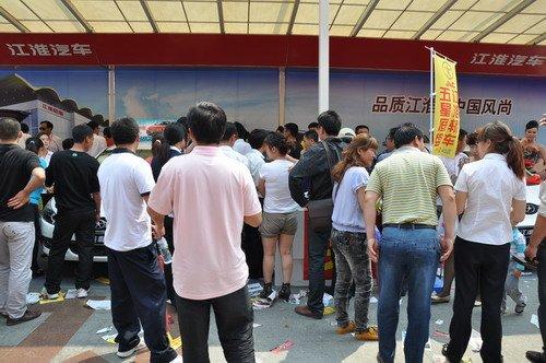 巡展期间,江淮汽车展位 人满为患高清图片